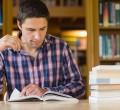 estudante em biblioteca, concurso público