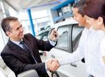 vendedor de carros entregando as chaves aos clientes