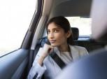 mulher dentro de um táxi.