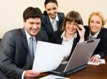 grupo de profissionais reunidos analizando currículos