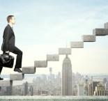 executivo subindo uma escada, fazerndo alusão a uma ascensão profissional.
