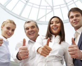 funcionários fazendo sinal de positivo com o polegar