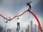 empresários se pendurando em estatísticas em queda
