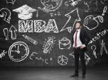 homem executivo pensando em fazer MBA
