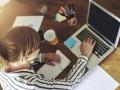 mulher trabalhando no notebook
