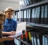 funcionários mexendo em arquivos no almoxarifado