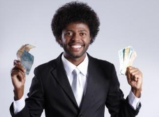 homem segurando notas de dinheiro