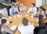 profissionais sentados em volta de uma mesa