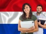 estudantes à frente da bandeira da Holanda
