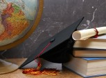 livros, diploma e capelo