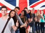 estudantes com bandeira do Reino Unido ao fundo