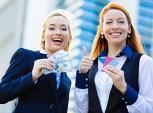 mulheres segurando dinheiro e cartões