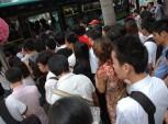 pessoas entrando em um transporte público
