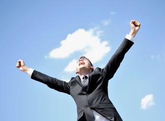 homem com os braços erguidos em sinal de vitória