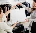 mulher fazendo compras numa loja