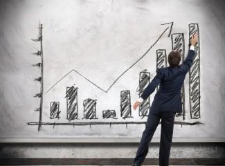 homem desenhando um gráfico de negócios.