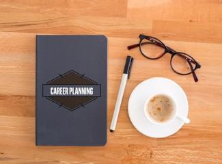 caderno de planejamento, caneta, óculos e xícara de café