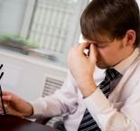 homem visivelmente cansado no trabalho