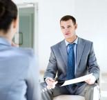 rapaz fazendo entrevista