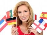 mulher segurando bandeirinhas de vários países