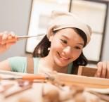 mulher trabalhando concentrada e feliz