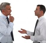dois homens conversando seriamente