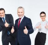profissionais felizes fazendo sinal de positivo com os polegares