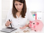 mulher contando moedas e fazendo cálculos