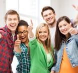 Estudantes fazendo sinal de positivo com o polegar