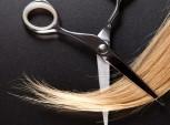 tesoura e mecha de cabelo