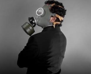 homem usando máscara de gás