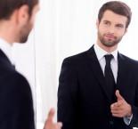 homem se olhando no espelho e fazendo sinal de positivo.