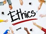 pessoas apontando para a palavra ética