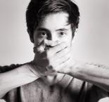 homem tampando a boca com as mãos