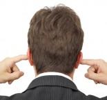 homem tapando os ouvidos com os dedos