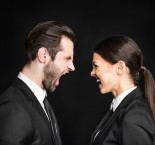 duas pessoas se olhando e demonstrando raiva