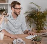 homem trabalhando em um computador