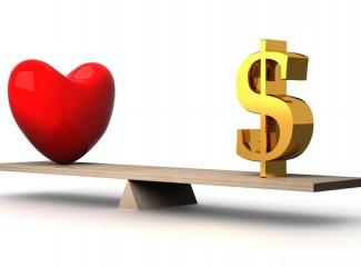 balança equilibrada entre paixão e dinheiro