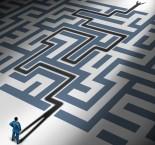 homem nu labirinto procurando a saída