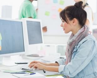 mulher sentada à frente do computador