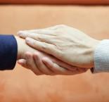 duas pessoas se dando as mãos em sinal de empatia