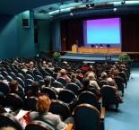 pessoas em um auditório assistindo a uma palestra