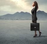 foto de mulher segurando mala