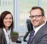 foto de homem e mulher sorrindo