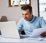 foto de homem trabalhando em casa