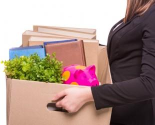 foto de mulher segurando caixas com seus pertences