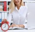 foto de mulher apertando relógio