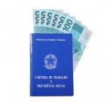 foto de carteira de trabalho com dinheiro