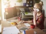 foto de mulher trabalhando em casa