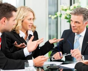 foto de pessoas conversando